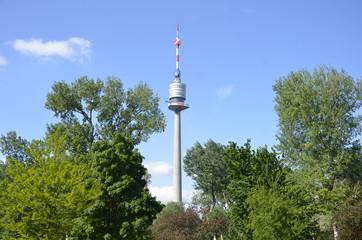 Donauturm und Bäume des Donauparks