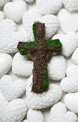 Grabschmuck mit weißen Herzen und Kreuz