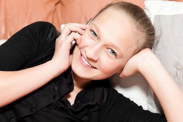 jeune fille heureuse au téléphone