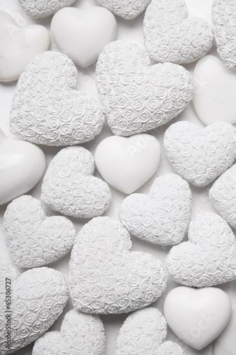Weißer Hintergrund mit Herzen - 65306727