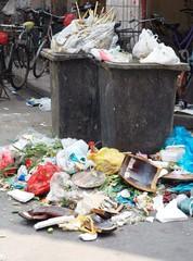 Mülltonnen mit Berg von Müll