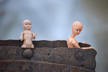 Muñecas de plástico rotas