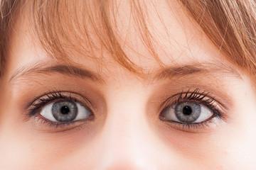 regard de deux yeux bleus maquillés