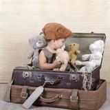 Kind spielt mit Teddybären poster