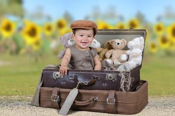 Kleines Kind vor einem Sonnenblumenfeld