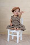 Kind auf dem Stuhl teilt sich mit poster