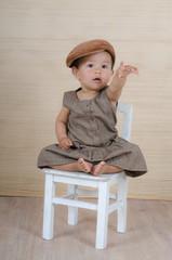 Kind auf dem Stuhl teilt sich mit
