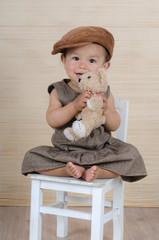 Lachendes Kind mit Teddybär