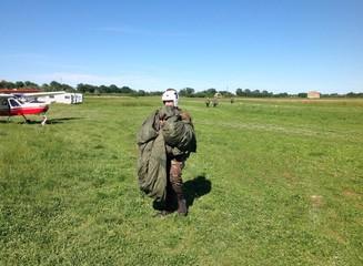 Paracadutista appena atterrato