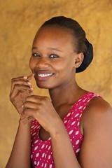 jeune femme africaine mangeant chocolat