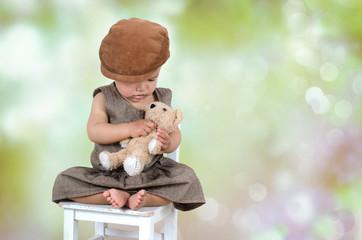 Mädchen im Freien tröstet ihren Teddy