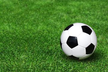 Klassischer Fussball auf Rasenplatz