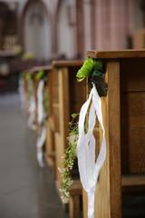 Blumendekoration bei einer hochzeit in der kirche