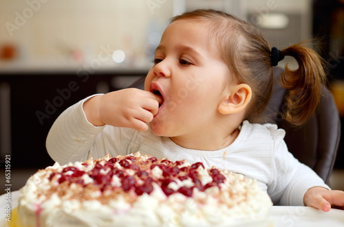 Картинки как дети едят тортик