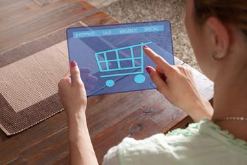 Frau kauft online mit dem Tablett ein
