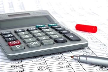Taschenrechner Rotstift auf Tabelle