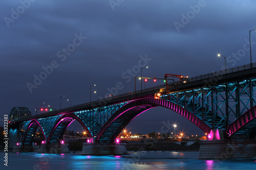 Aluminium Grote meren Peace Bridge with blue and pink lights