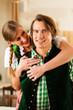 Paar in Tracht in Wirtschaft oder Restaurant