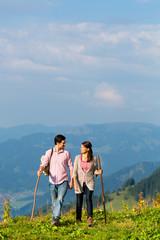 Alpen - Paar beim wandern in den Bergen