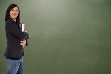 Lehrerin vor einer leeren Schultafel