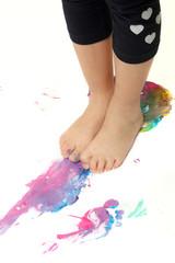Usare i piedi per colorare giocando
