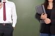 Geschäftsfrau und Geschäftsmann vor einer leeren Tafel