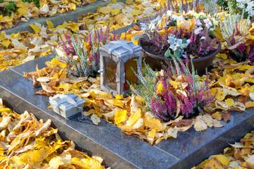 Letzte Ruhe - Ein Grab im Herbst