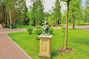 Парковая статуя