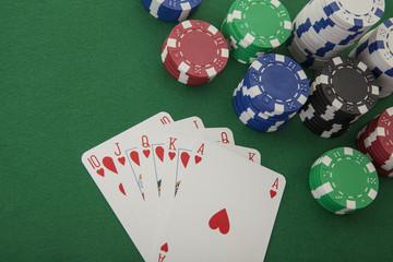 Royal Flush mit einer Herzen-Kombination im Poker