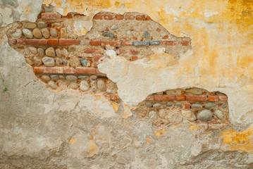 Muro vecchio con pietre e mattoni, muratura restauro, sfondo