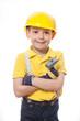 Junge als Bauarbeiter mit Hammer in der Hand