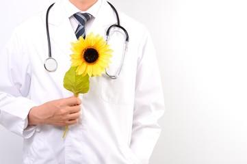 ひまわりの花を持つ医者