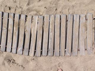 Sendero, camino de madera en playa. Vacaciones.