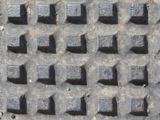 Grilla de metal con alineaciones de cubos.