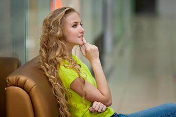 Девушка сидит в салоне магазина