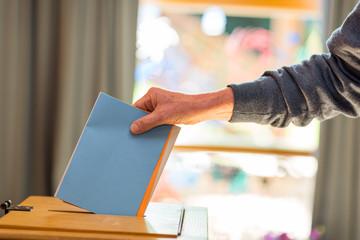 Stimmzettelabgabe in Wahlurne