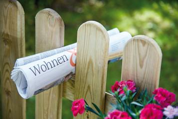 Gartenzaun mit Zeitung – Wohnen, Immobilien