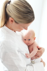 Medizinisches Personal mit Neugeborenem
