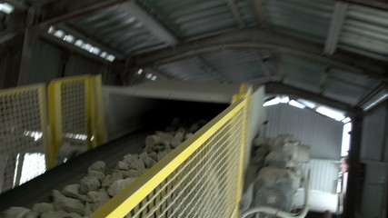 Big limestones transported in a conveyor