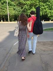 Молодая пара с гитарой