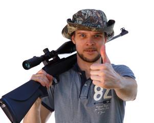 Крутой парень с винтовкой с оптическим прицелом