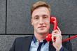 Mann bei Beratung durch Kundendienst am Telefon