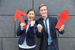 Zwei erfolgreiche Geschäftsleute mit Pfeil jubeln