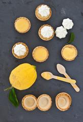Kleine gefuellte Kuechlein mit Lemon Curd