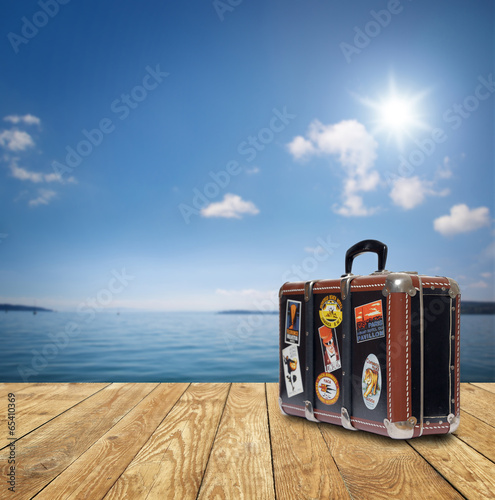 canvas print picture Koffer am See / Meer