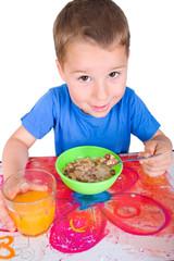 kleiiner Junge beim Frühstück