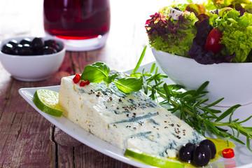 Gorgonzola mit Salat und Oliven