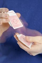 Person beim Kartenmischen