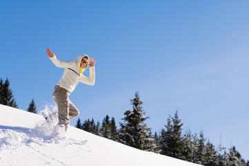 Frau beim Schneeschuhwandern in den Bergen