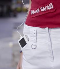 Teenager-Mädchen mit Mp3-Player in der Tasche
